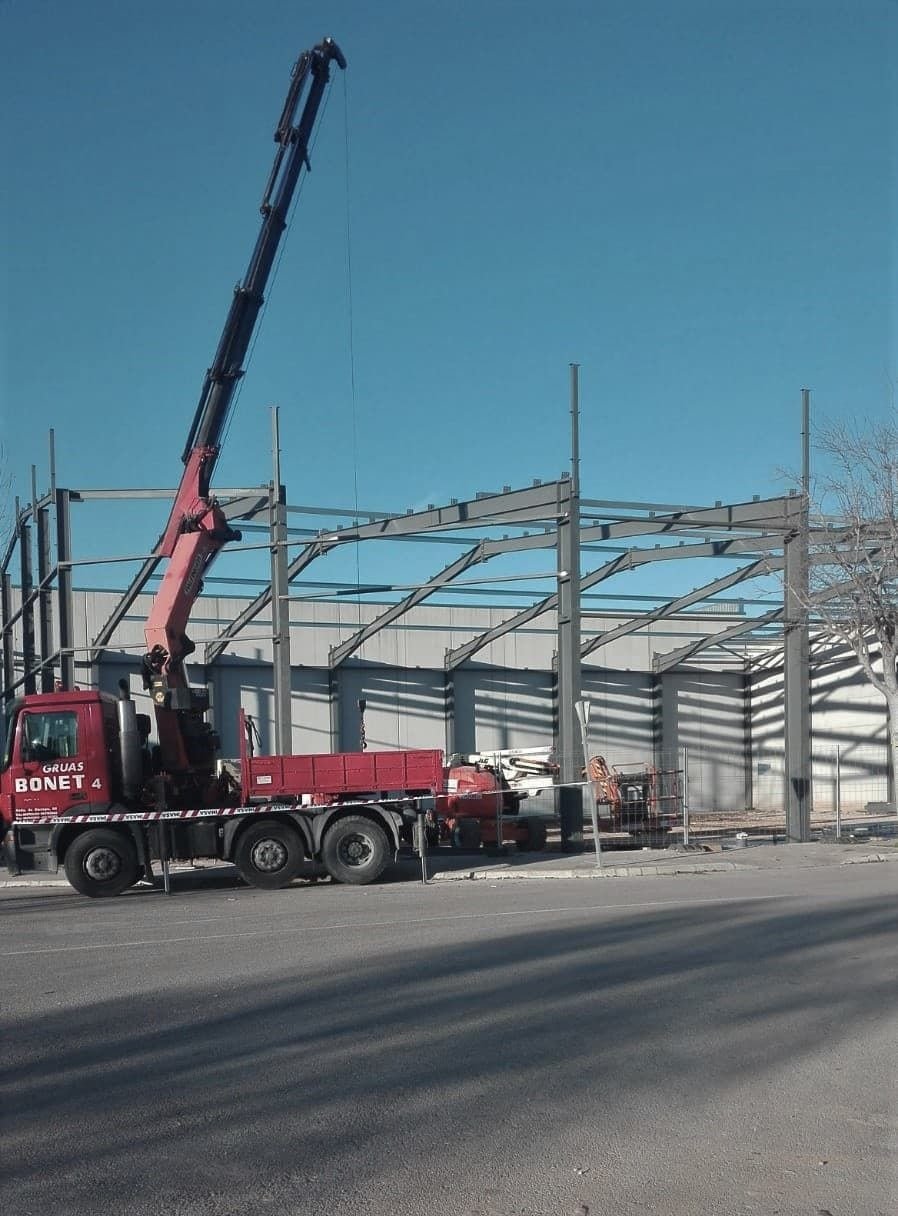 Montando estructura metálica de nave con grúa en camión (Metálicas DM)